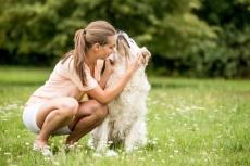 Frau beim kraulen ihres Hundes